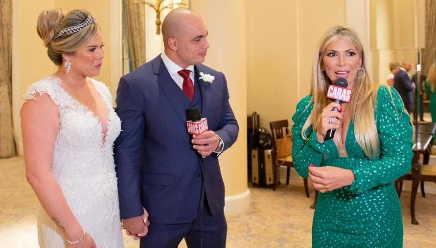 Apresentadora Fernanda Comora com os noivos Eliane Almeida e Eduardo Reis