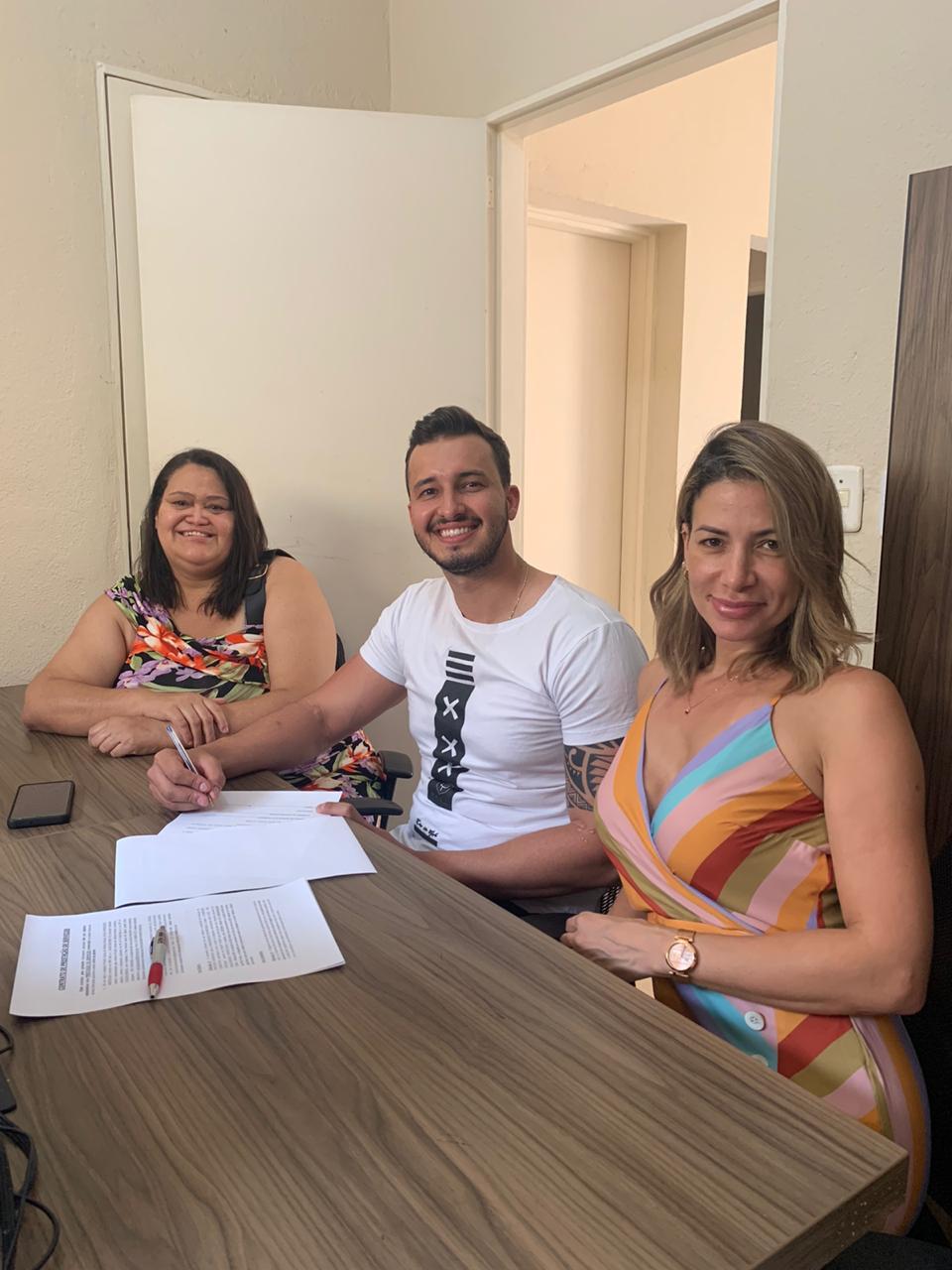 Marcos Cambrais ladeado por Elionora Chaves e Priscilla Nunes