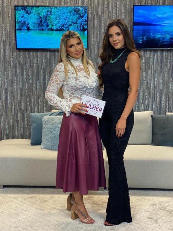 Hellen Rielo e apresentadora Fernanda Comora