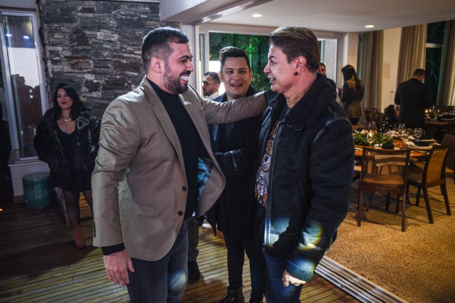 Diego Hidalgo, David Brazil e o apresentador Natan Balieiro - Foto: Lucas Nino / Divulgação